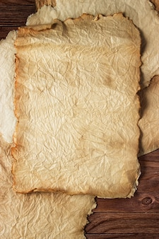 Papiro antico su un tavolo di legno, sfondo vintage