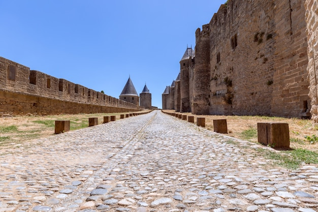 Antica strada lastricata in pietra nel castello medievale della città di carcassonne