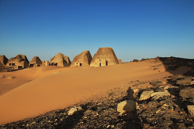 Antiche piramidi di meroe nel deserto del sahara, sudan