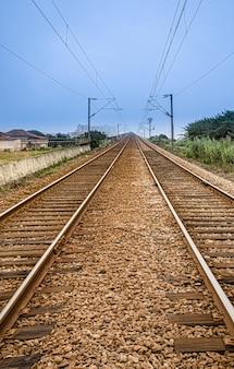 Antica ferrovia con binari a doppia direzione in prospettiva