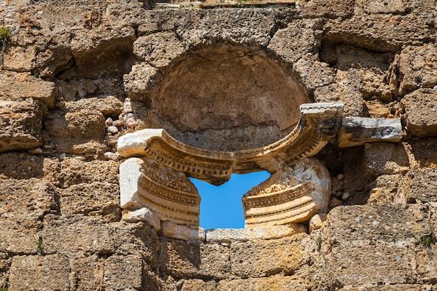 Antichi rilievi sui muri in pietra dell'anfiteatro nella città antica di aspendos