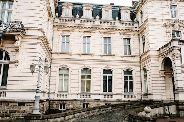 Antica architettura restaurata, vecchio edificio, vecchia casa fuori, palazzo d'epoca all'aperto.