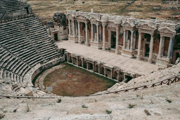 Antico anfiteatro romano di pietra a cielo aperto a pamukkale in turchia