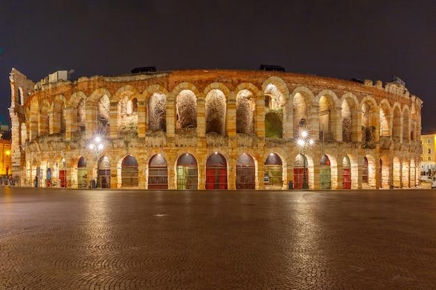 Antica arena romana di notte a verona nel nord italia