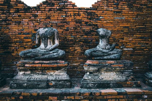 Stupa buddha in rovina antico con nel parco storico di ayutthaya, thailandia