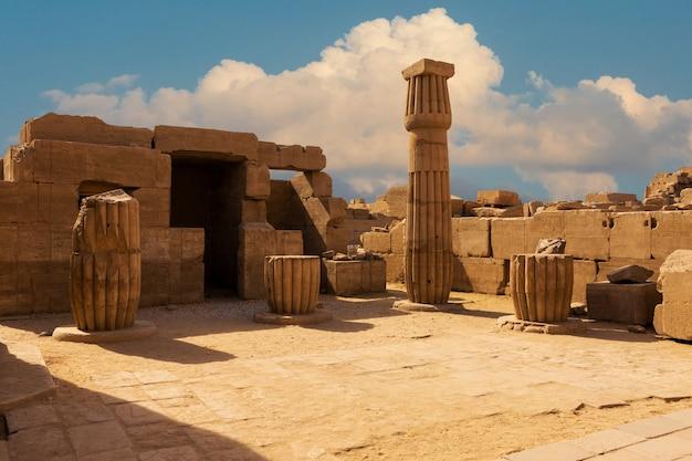 Antiche rovine del tempio di karnak a luxor (tebe), egitto. il più grande complesso di templi dell'antichità nel mondo. patrimonio mondiale dell'unesco.