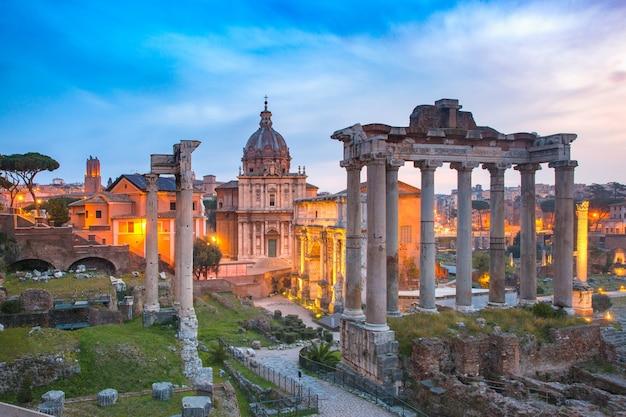 Antiche rovine di un foro romano o foro romano all'alba a roma, italia. vista dal campidoglio