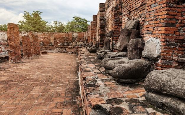 Antica statua di buddha e sito archeologico presso il parco storico di ayutthaya, provincia di ayutthaya, thailandia. patrimonio mondiale dell'unesco
