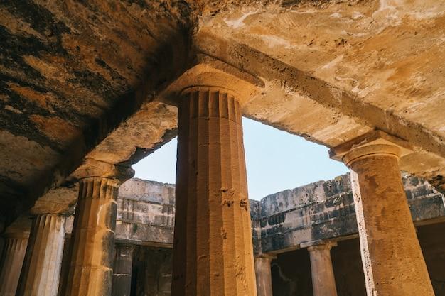 Antiche colonne di pietra nelle tombe reali, paphos, cipro