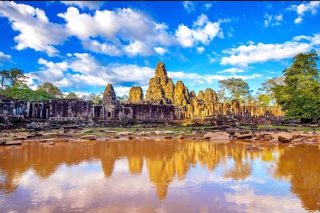 Antichi volti di pietra del tempio bayon, angkor wat, siam reap, cambogia.