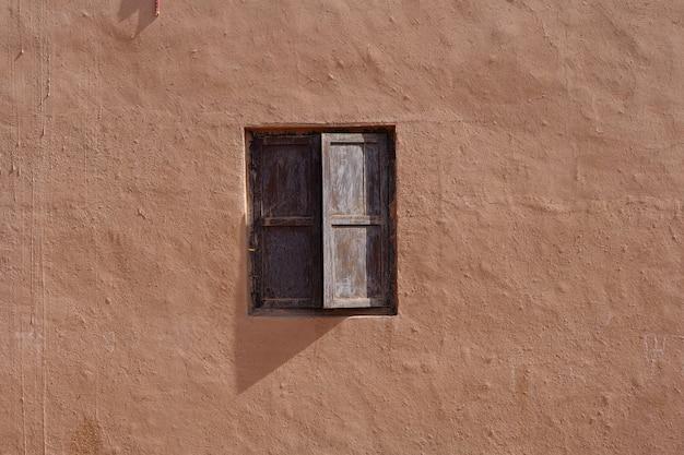 Antica casa residenziale tradizionale vecchia parete e finestra in legno nella valle del villaggio di tuyoq inturpan provincia dello xinjiang cina.
