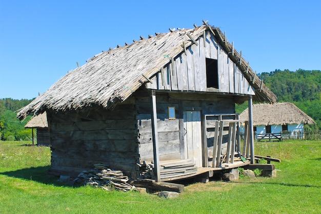 Antico fienile in legno rurale ucraino tradizionale