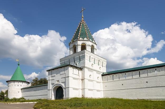 Antiche mura del monastero ipatiev. kostroma, russia
