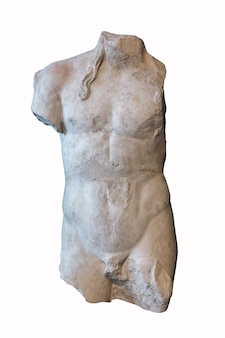 Statua di pietra danneggiata bianca antica isolata su bianco.
