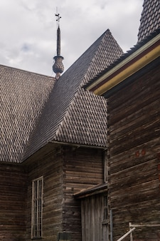 Antica chiesa in legno, petajavesi, finlandia. architettura tradizionale finlandese