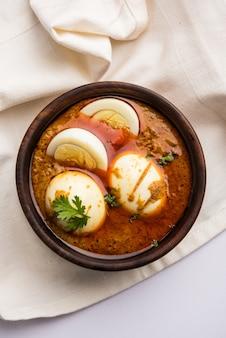 Anda curry o egg masala sugo, cibo piccante indiano o ricetta, servito con roti o naan, fuoco selettivo