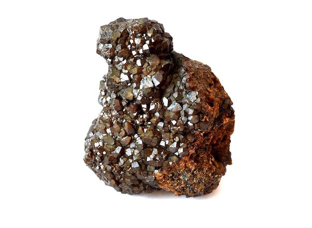 Minerale andradite dal gruppo granato su bianco, variazione della melanite