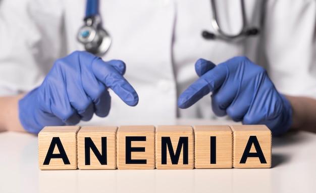 Parola di anemia su blocchi di cubo di legno sul tavolo del medico