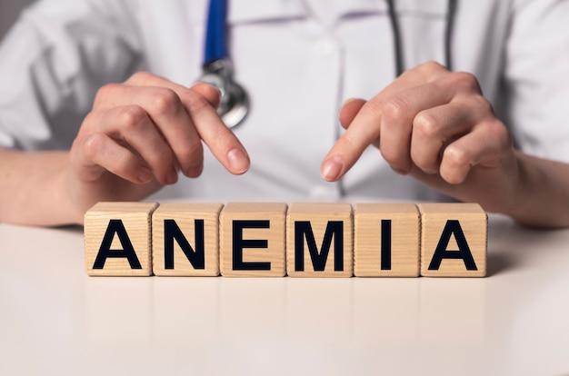 Parola di anemia su blocchi di cubo di legno sul posto di lavoro del medico