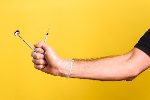 Il medico del dentista dell'anestesista tiene nella sua siringa di anestesia della mano prima della chirurgia dentale.