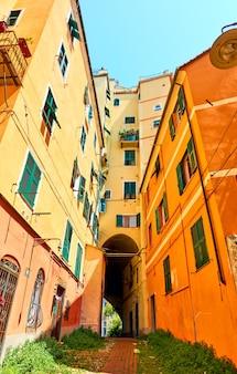 Ange shot di cortile colorato e edificio con gateway a genova (genova), italy