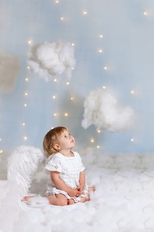 Bambino angelo con le ali