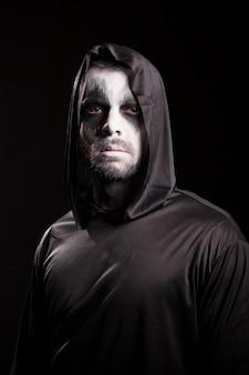 Angelo della morte isolato su sfondo nero. costume di halloween.