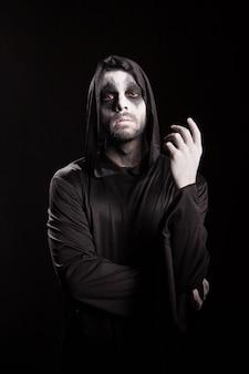 Angelo della morte con una corda su sfondo nero. vestito di halloween.