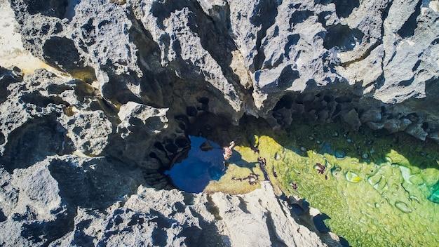 La spiaggia del billabong dell'angelo, lo stagno naturale sull'isola di nusa penida, reggenza di klingung, bali, indonesia