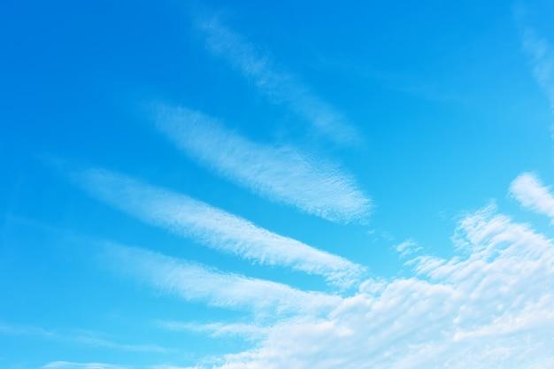 Ala d'angelo - cielo azzurro con nuvole fantasiose mistiche Foto Premium