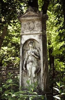 Monumento scultura angelo nel cimitero