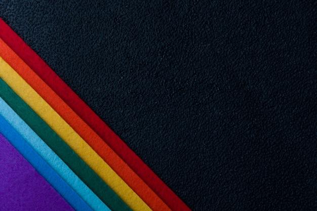 L'angolo ha sentito il blackbackgruond dell'arcobaleno cade l'angolo bagnato