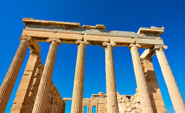 Angolo di ripresa delle antiche colonne del tempio dell'eretteo nell'acropoli di atene, grecia