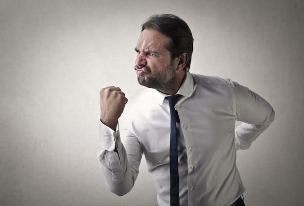 Uomo d'affari aggressivo arrabbiato