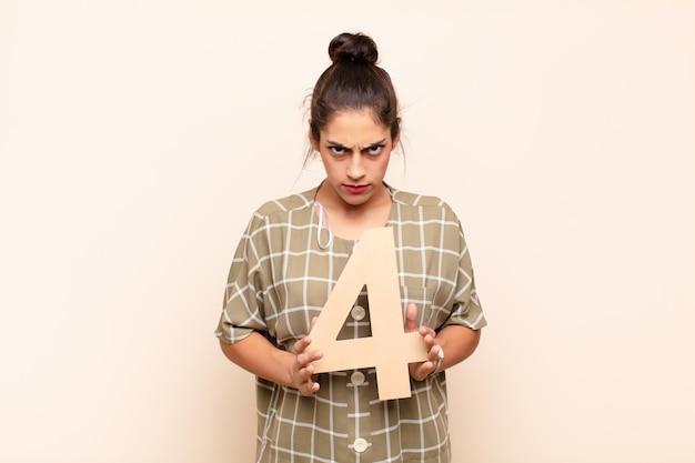 Arrabbiato, rabbia, disaccordo, in possesso di un numero 4.