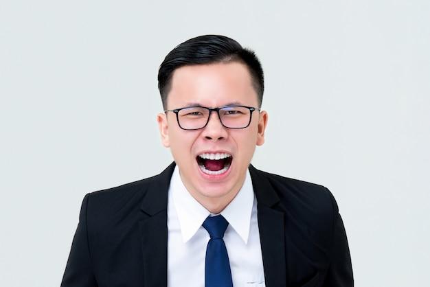 Uomo d'affari asiatico arrabbiato che grida