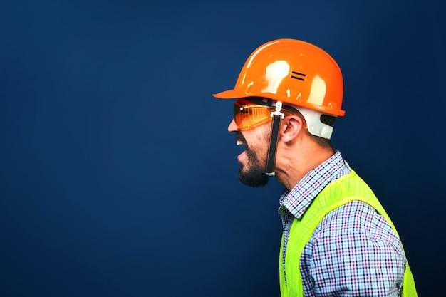 Sovrintendente di costruzione capo arrabbiato che grida ai lavoratori