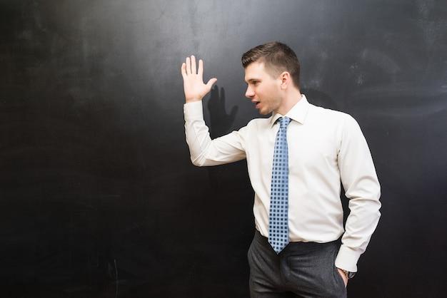 Capo arrabbiato che urla e discute con qualcuno, braccio alzato, isolato su sfondo nero