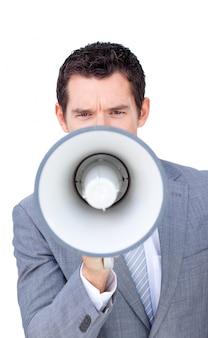 Uomo d'affari arrabbiato che grida tramite un megafono