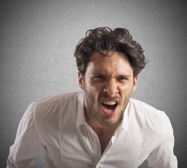 L'uomo d'affari arrabbiato ha sottolineato dalle urla di lavoro