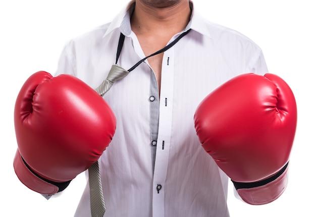 Uomo d'affari arrabbiato con guantoni da boxe isolati su bianco