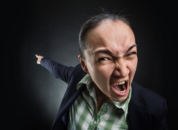 Donna d'affari arrabbiata che piange e indica indietro