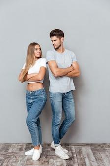 Coppia arrabbiata in jeans e magliette