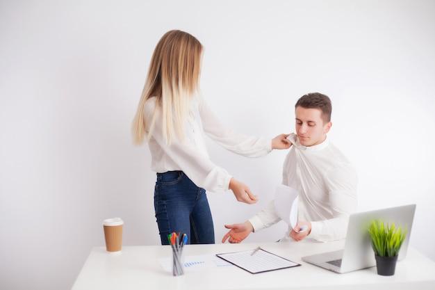 Il cliente arrabbiato ha un conflitto con il dirigente dell'azienda