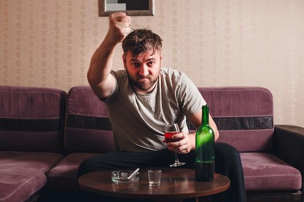 Uomo ubriaco arrabbiato nella depressione.