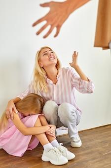 Il padre arrabbiato rimprovera figlia e moglie, problemi familiari
