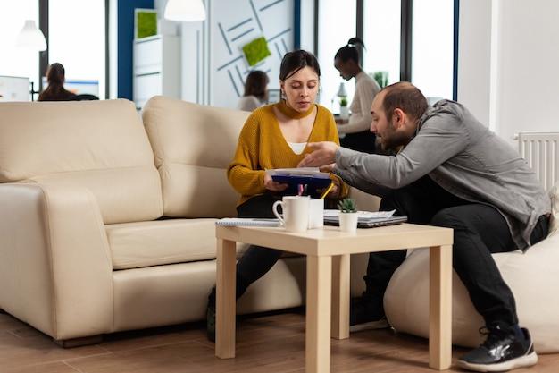 Donna arrabbiata del manager che urla all'impiegato dell'uomo che non è d'accordo sul cattivo contratto d'affari
