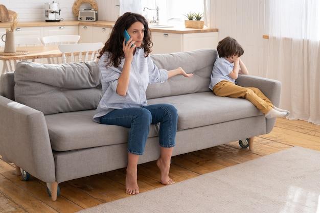 La madre arrabbiata chiama il papà a rimproverare per aver dimenticato di aver preso in braccio il figlio arrabbiato