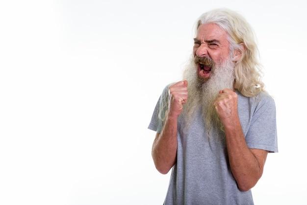 Uomo barbuto anziano arrabbiato che grida con entrambe le braccia