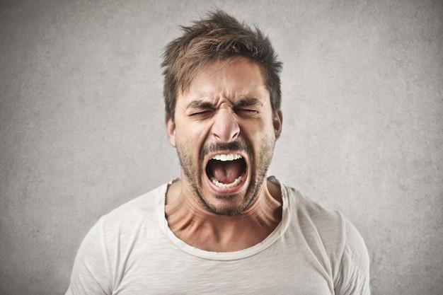 Uomo arrabbiato che grida